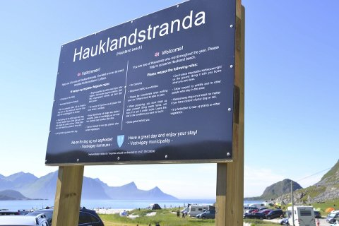 Nytt skilt: Camping er ikke tillatt på Hauklandstranda, men å sette opp et vandretelt i et par døgn er fortsatt lov. Bobiler regnes imidlertid som camping, og folk i bobiler har ikke lov å overnatte i området.Begge foto: Karin P. Skarby
