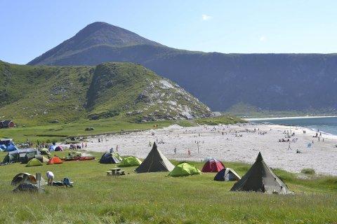 Telting: Mange våknet i finvær på Hauklandstranda onsdagsmorgen. Det ble telt 38 telt, og 14 bobiler.