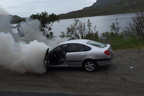 En personbil tok fyr på E10 like ved Hopen i Kabelvåg.