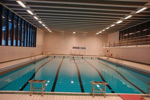 Opplæring: Her, i bassenget i Svolvær, har elevene fra Kabelvåg sin svømmeundervisning.