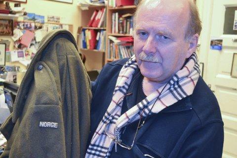 NORDAHL GRIEGS FRAKK: William Hakvaag har sikret seg kapteinsfrakken som krigskorrespondent og dikterikon Nordahl Grieg hadde i sitt eie da han ble skutt ned over Berlin i desember 1943. Foto: John-Arne Storhaug