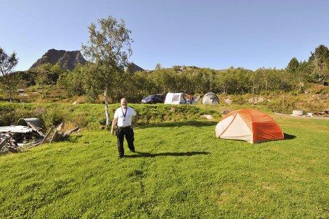 Teltområdet: Området for teltoppsett med grønt, mykt gress ligger tilbaketrukket inn mot Kabelvågmarka.