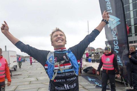 Jubel: Allan Hovda beskriver seg selv som Norges største triatlonentusiast, og var full av lovord om Lofoten Triatlon etter å ha teste løpet. Hovda vant Norseman både i 2014 og 2015.Foto: Kai-Otto Melau