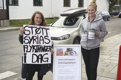 Hjelp: Ragnhild Roaldsøy og Maren Wæraas var bøssebærere i Kabelvåg på valgdagen, og fikk inn 25.000 kroner til Flyktningehjelpen