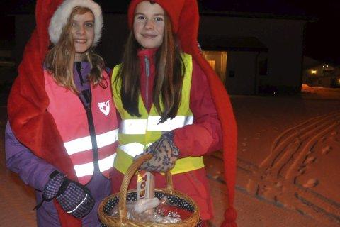 JULEBUKK:12-åringene Tiril og Maja trivdes med å gå julebukk og de hadde fått masse godsaker i kurven. Foto: Kai Nikolaisen