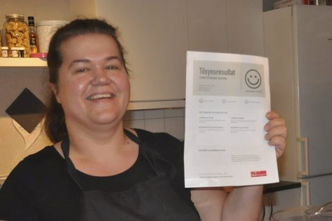 SMILEFJES: Renate Krane ved Frk. Lillemor på Leknes er strålende fornøyd med å ha fått et stort smilefjes etter kontrollen fra Mattilsynet. Foto: Kai Nikolaisen