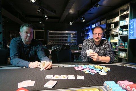 Andreas Thorgersen (t.h.) vant januarturneringen i poker foran Børge Pedersen.