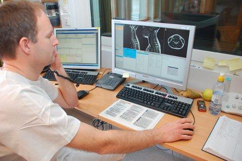 2008: Radiograf Steinar Pedersen på Gravdal har hjulpet pasienten inn i MR-maskinen, og ringer overlegen i Bodø. Det er klart for å se bildene av pasienten.