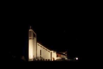 LYS: Slik ønsker Borge menighet at Borge kirke skal framstå i mørketiden. Nå håper de private og bedrifter vil bidra med penger til ny utebelysning. Foto: Frode Wigum