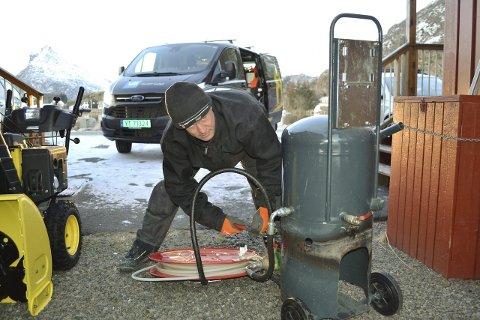 Tiner: Jon Erik Nilsen fra Nobel Rør setter varmt vann på. Dermed blir det raskt åpning. Men ikke alle er like heldige når rørene går tett. Foto: John-Arne Storhaug.