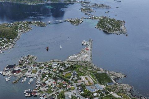 Lofoten: I 2015 ankom NRK med Sommerbåten til det idylliske Reine. Søndag ankommer NRK luftveien. Foto: Christina Svanstrøm / Lofotposten