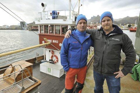 Kjempebidrag: Jim Eide og Vegeir Selboe i Event Lofoten gir 100.000 kroner til innsamlingen til det verna fartøyet M/J Anne Bro. Foto: Knut Johansen