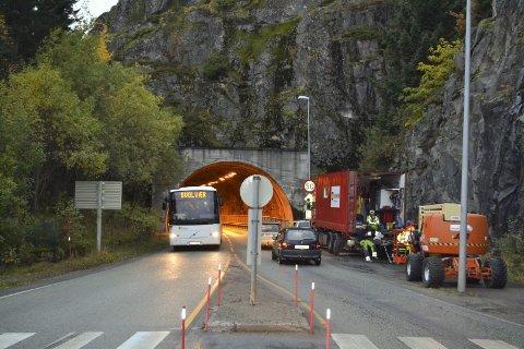 KNUTEpunkt: Nonshaugtunnelen i Svolvær blir trolig fjernet som ferdselsåre hvis veivesenet  får det som etaten vil. Ett av forslagene går ut på å anlegge ny innkjøring mot vest fra Shellstasjonen som ligger i nordlige deler av byen. Foto: John-Arne Storhaug.
