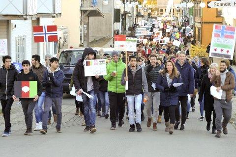 Svolvær: FN-dagen i Svolvær der 270 personer deltok i et markeringstog til torget og videre til markering i Bibliotekparken.