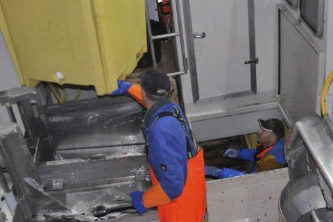 FERDIG: Inge Markussen styrer containeren slik at skipper Sigurd Sandnes får plassert den i rommet. Foto: Kai Nikolaisen