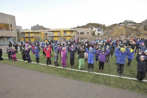 Svolvær: «blimE-dansen» på Svolvær skole fredag kl. 12.00 ble markert ute på kunstgresset.