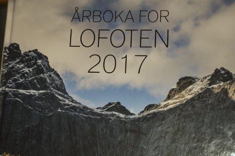 Lofoten: Stortinden nær Nusfjord preger omslaget på «Årboka for Lofoten 2017». Nok ei dugnadsbok som blir til verdifulle lesestopp for alle lofotinger. Foto: John-Arne Storhaug.