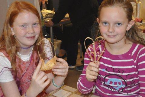 JULEPYNT: Mali og Emine hadde laget flettet julepynt. Alle foto: Kai Nikolaisen