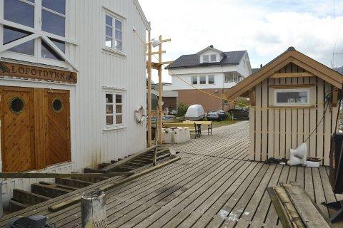 Ulovlig: Kommunen mener skuret er ulovlig satt opp på kaia i Kabelvåg. Eieren er uenig og nekter å betale tvangsmulkten fra Vågan kommune.