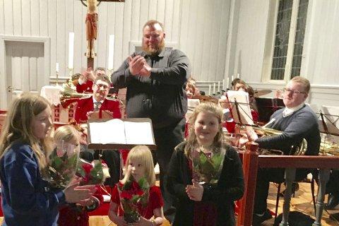 HONNØR: Vilde, Henriette, Maja og Linnea fikk blomster for sin opptreden. Foto: Kari Korslund