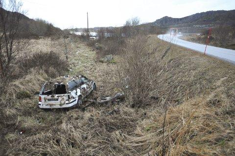 Bilmysterium: En hvit stasjonsvogn forlatt og delvis kamuflert av mose og lyng i grøfta ved E10 til avkjøringen til Helle gård øst for Svolvær skaper hodebry for politiet.Foto: Knut Johansen