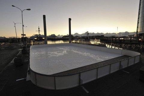 Slik så isbanen på åtte ganger tolv meter ut ferdig montert på fergelemmen i Svolvær rett ved torget i fjor vinter.
