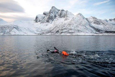 Espen Moe i gang med svømmingen