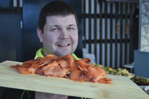 Startklar: 6. april åpner Lasse Bjørback og Restaurant du Verden i Svolvær egen avdeling for sushi. – Vi har fantastiske råstofftyper, deriblant laks, sier den daglige lederen. Normalt serveres sushi med wasabi, syltet ingefær og soyasaus. Men også nye ingredienser har vært prøvd med stor suksess. Foto: John-Arne Storhaug.