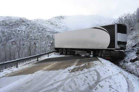 Illustrasjonsfoto fra et tidligere uhell med saksing av trailer på E10