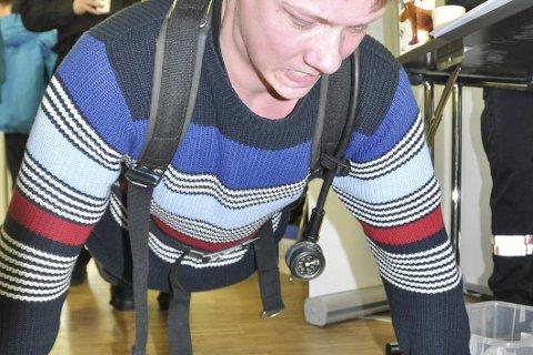 Fysisk test: Henrik Henriksen tar i på siste armheving før han må gi tapt. Med 18 kilo på ryggen, var det flere som ikke klarte så mange som Henriksen. Det var Vågan brann- og feiervesen som hadde denne testen. Den gikk på å få flest mulig armhevinger.