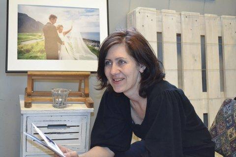 Giftekniv: Monica Heitmann lager bryllup. Bildet i bakgrunnen har bryllupsfotograf Dagmara Wojtanowicz tatt.