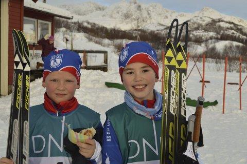 Gode forhold: Heike Runesønn Selnes (tv) hadde medbrakt bolle med noe inni da han og Eivind Bokalrud Fredly hadde gått i mål på hver sine Fischer-ski. Alle bilder: John-Arne Storhaug.