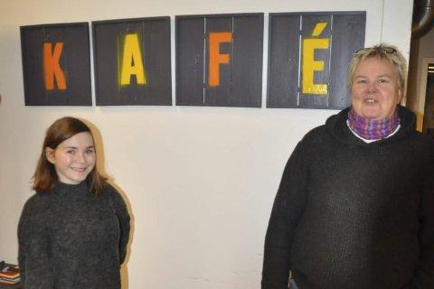 BLI MED: Camilla Indrevoll og Brit Aune oppfordrer ungdommen til å melde seg på de nye aktivitetene ved Qltura fritidsklubb. Foto: Kai Nikolaisen