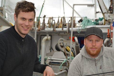 GODE RÅD: Kjell Arne Berntsen (tv) og Kåre Vidar Sjo gir råd til VM-deltakerne. - Vi ser brukbart med fisk på ekkoloddet, særlig på cirka 60 meter, sier de to vestleningene.