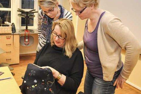 Viste: Kursleder Britt Jorunn Sandnes Pedersen viser Jeanette Hanssen og Torunn Tønseth hvordan prestekragen skal broderes.Alle foto: Åshild Marita Håvelsrud