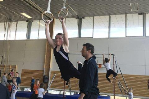 Svinger seg: Martin Simonsen fra Ballstad gym og turn i ringene under kretsmesterskapet i Narvik.