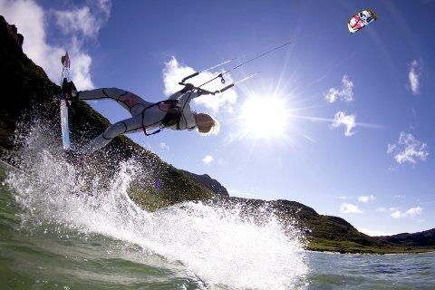 Tilbake: Kari Schibevaag er proff-kiter med mange meritter bak seg. I sommer satser hun på å åpne et nytt tilbud i Flakstad.Foto:Tom magne Jonassen