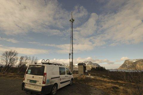 Montasje: Relacom monterer her nytt 4G-utstyr i basestasjonen på Lyngvær i Vågan i april 2016.   Foto: Knut Johansen
