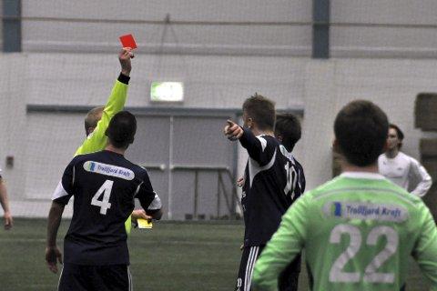 Rødt kort: Rasistuttalelser på en idrettsbane skal straffes med rødt kort. Illustrasjonsfoto: Kristian Rothli.