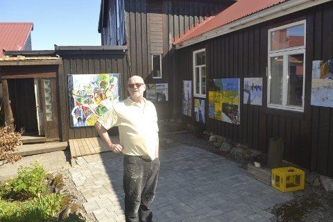 Uteutstilling: Thor Erdahl har trukket utendørs og presenterer sin kunst til alle som ferdes i Ursvikveien. Han bobler av energi, og katten ved bruskassen klarer knapt å følge med når matfar er i sitt ess. Og det er han hele dagen. – Jeg har hardkjør med Musikkfestuke og utstillinger i Sandnessjøen og på Jennestad på programmet, sier han. Alle bildene: John-Arne Storhaug.