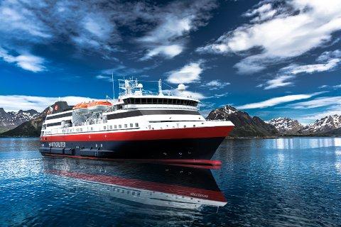 """""""Spitsbergen"""" i vakkert landskap i Raftsundet."""