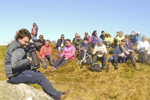 Terje Bruun fra Kabelvåg på trekkspill drar i gang allsangen for korsangerne oppe på Tjeldbergtinden lørdag.