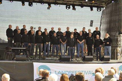 Stjørdal mannskor i sving på scenen på Svolvær torg.