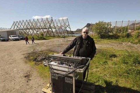 Timmy Liland i aksjon for Nordlys Lyd & Scene under utekonserten på Kjeøya i Svolvær.