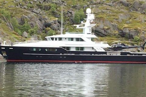LUKSUS: Den 49 meter lange «T6» er spekket med lukus og et helikopter er jo kjekt å ha. Her ligger «T6» til ankers i Nusfjord. Leserfoto