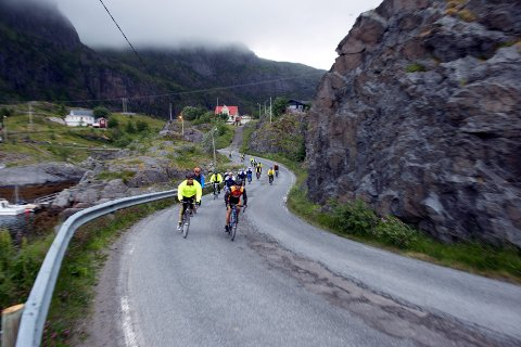 Invaderes av syklister: Hundrevis av syklister skal nok en gang sykle Lofoten på langs under Zalaris Lofoten Insomnia til helga.Foto: Johannes Strand