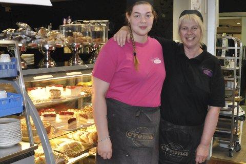 SAMMEN: Solveig og Susann Eltoft er glad for at de nå jobber sammen etter at Terassen er flyttet ned og blitt ett med Trappa Cafe. Foto: Kai Nikolaisen