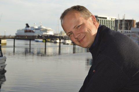 Samferdsel: Ketil Solvik-Olsen (44) reiser langs kysten for å suge til seg kunnskaper og meninger om våre kommunikasjoner. Han velger ikke å si noe konkret om storflyplass og tunnel under Hadselfjorden. – En stortingsrepresentant kan si hva vedkommende har på hjertet, men ikke en minister, sier han. Alle bilder: John-Arne Storhaug.
