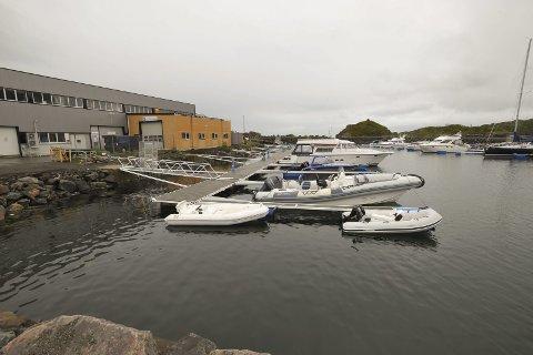 Ttilpasses: Vorsetøya er i ferd med å tilpasse seg flere funksjoner. Her i båthavna er det plass til 37 båter.