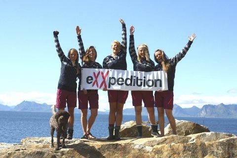 Tar i et tak: Jentene fra eXXpedition tar i et tak langs lofotstrendene. Fra venstre: Christine Spiten, Tora Drægni, Marte Leane Bleken Klemetsdal, Malin Jacob og Siv-Erika Jacobsen.Foto: Pressefoto